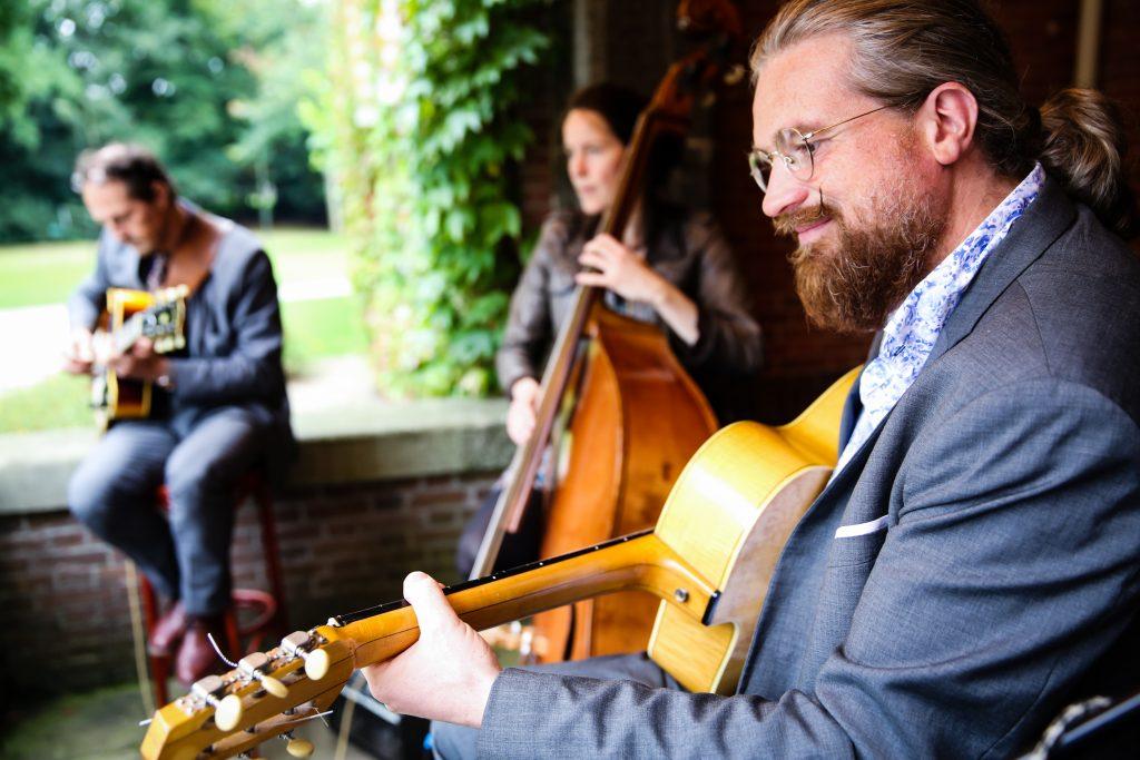 gypsy jazz band op een feestje, gezellig achtergrondmuziek